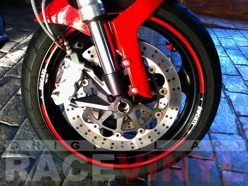 Ducati Monster con los accesorios para personalizar las llantas con vinilo adhesivo plano frontal