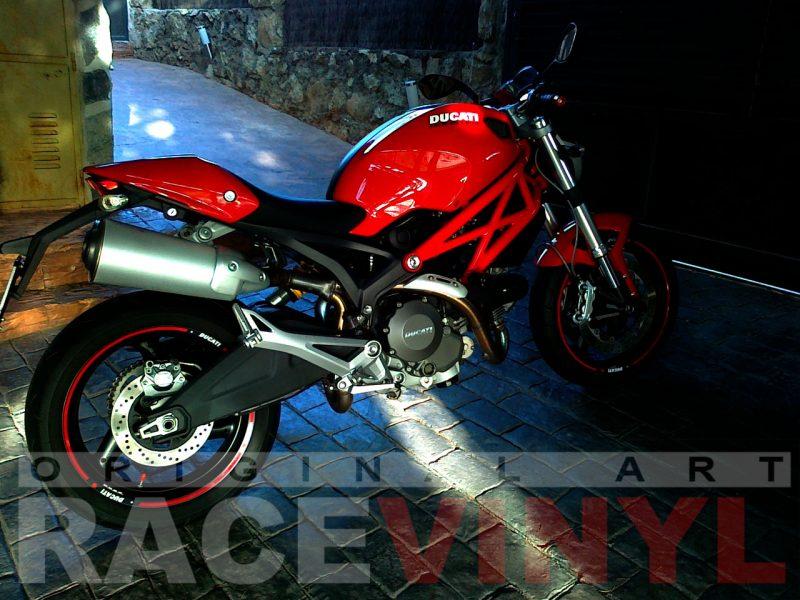 Ducati Monster con los accesorios para personalizar las llantas con vinilo adhesivo plano general