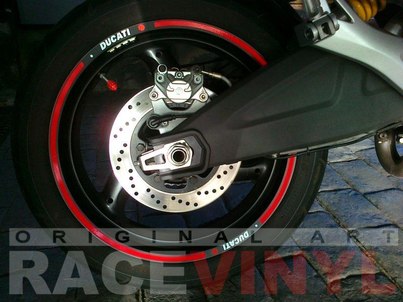 Ducati Monster con los accesorios para personalizar las llantas con vinilo adhesivo plano trasero